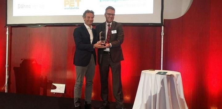Nicola Vaccari riceve il premio da Ralf Majer-Abele, managing editor di Pet Worldwide